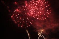 Fogos-de-artif?cio firework Fundo celestial Flash de surpresa de luzes brilhantes vermelhas brilhantes no céu noturno durante o f imagens de stock