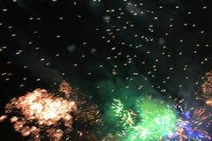 Fogos-de-artif?cio firework Fundo celestial Onda colorida da laranja cintilante brilhante e de luzes efervescentes verdes no céu  fotos de stock royalty free
