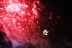 Fogos-de-artif?cio firework Fundo celestial Onda colorida do vermelho brilhante, de luzes de brilho no céu noturno durante o ano  imagens de stock royalty free