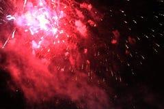 Fogos-de-artif?cio firework Fundo celestial Onda colorida de luzes de brilho roxas de cintilação brilhantes no céu noturno durant imagem de stock royalty free