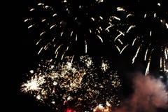 Fogos-de-artif?cio firework Fundo celestial Uma onda colorida de luzes de brilho amarelas brilhantes no céu noturno durante o ano foto de stock royalty free