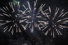 Fogos-de-artif?cio firework Três fontes de luzes amarelas e multi-coloridas brilhantes no céu noturno durante o feriado do ano no fotografia de stock royalty free