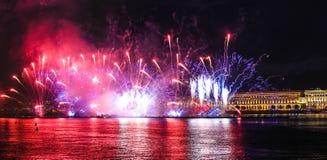 Fogos-de-artif?cio sobre o rio Mostra brilhante do laser Feriado na cidade imagem de stock