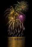 Fogos-de-artifício com reflexões do lago Fotografia de Stock Royalty Free