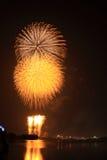 Fogos-de-artifício dourados da esfera Fotografia de Stock Royalty Free