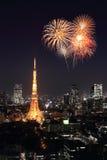 Fogos-de-artifício que comemoram sobre a arquitetura da cidade do Tóquio na noite Fotografia de Stock Royalty Free