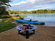 Fogueira após Kayaking fotos de stock royalty free