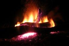 Fogueira ardente da laranja da noite dos logs Fotos de Stock Royalty Free