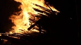 Fogueira ardente quente na noite nevado do inverno