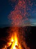 Fogueira com as faíscas em horas de verão da noite Fotos de Stock Royalty Free