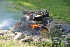 Fogueira com fogo e cinzas imagens de stock royalty free