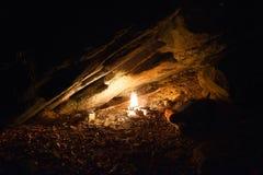 Fogueira em uma caverna Fotos de Stock