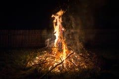 Fogueira exterior Acampamento na natureza fora nas madeiras e foto de stock royalty free