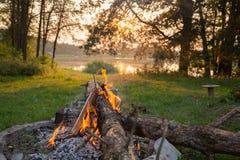 Fogueira lateral do lago com burning de madeira imagens de stock