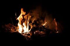 Fogueira que queima-se na noite foto de stock