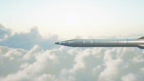 Foguete nuclear balístico que voa sobre nuvens Guerra e conceito militar Animação 4K realística vídeos de arquivo