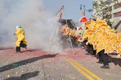 Foguetes chineses do ano novo durante 117th Dragon Par dourado Foto de Stock Royalty Free