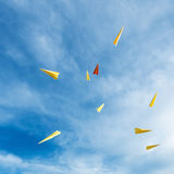 Foguetes de papel que flutuam no céu foto de stock