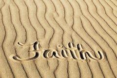 Foi écrite dans le sable ondulé aux grandes dunes de sable P national image libre de droits