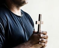 Foi africaine de prière d'homme dans la religion de christianisme images libres de droits