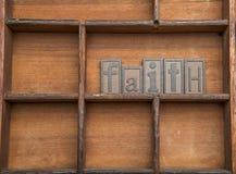 Foi dans les lettres en bois Images libres de droits