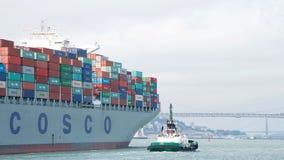 FOI du cargo COSCO partant le port d'Oakland photo libre de droits