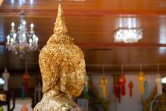 Foi en Bouddha étroit de la tête étendue de Bouddha avec le foild d'or - image photos stock
