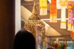 Foi en Bouddha ?troit de la t?te ?tendue de Bouddha avec le foild d'or - image image libre de droits