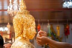 Foi en Bouddha ?troit de la t?te ?tendue de Bouddha avec le foild d'or - image photo stock