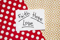 Foi, espoir et amour - mots sur le fond, le christianisme et le concept colorés de religion photo libre de droits