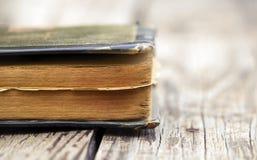 Foi - livre de prière sur une table en bois images libres de droits