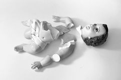 Foi perdante - métaphore, bébé en céramique cassé Jésus Images stock