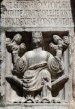 Foi tenant le soulagement de justice et de paix au baptistère de Parme, Italie photos stock