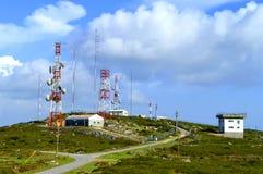 Foia telekommunikationstation överst av det högsta berget i Algarve Arkivfoton