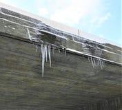 Foices do gelo que penduram fora do lado de um telhado imagens de stock