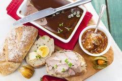 Foie d'oie et pâté de sauternes avec le chutney, poivre, physalis, s images stock