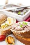 Foie d'oie et pâté de sauternes avec le physalis, le pain coupé en tranches et le b photographie stock libre de droits