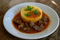 Foie doux et aigre de boeuf avec le polenta Photos libres de droits