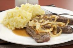 Foie et oignon avec de la purée de pommes de terre par mâche Photographie stock libre de droits