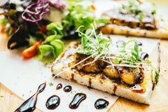 Foie gras överst av bröd med sås royaltyfria bilder