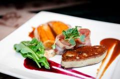 Foie gras con la salsa di mirtillo rosso del bacon e la banana caramellata immagine stock libera da diritti