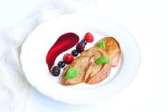 Foie gras con una salsa dalle bacche Fotografia Stock Libera da Diritti