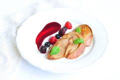 Foie gras con una salsa dalle bacche Fotografie Stock Libere da Diritti