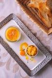Foie gras med äpplesås och frukt på den vita plattan, produktfotografi för exklusiv restaurang fotografering för bildbyråer