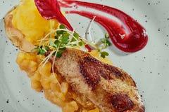Foie gras med den citrusa chutney- och mangosorbet på en vit platta på en kopparbakgrund royaltyfri fotografi