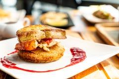 Foie gras med hummer- och hallonsås arkivfoton