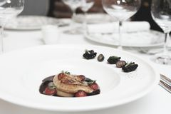 Foie gras med portsås på tabellen som tonas royaltyfri foto