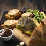 Foie gras och pepparkakakaka arkivfoton