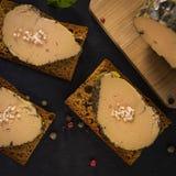 Foie gras och pepparkakakaka arkivbild