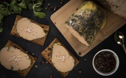Foie gras och pepparkakakaka royaltyfri fotografi
